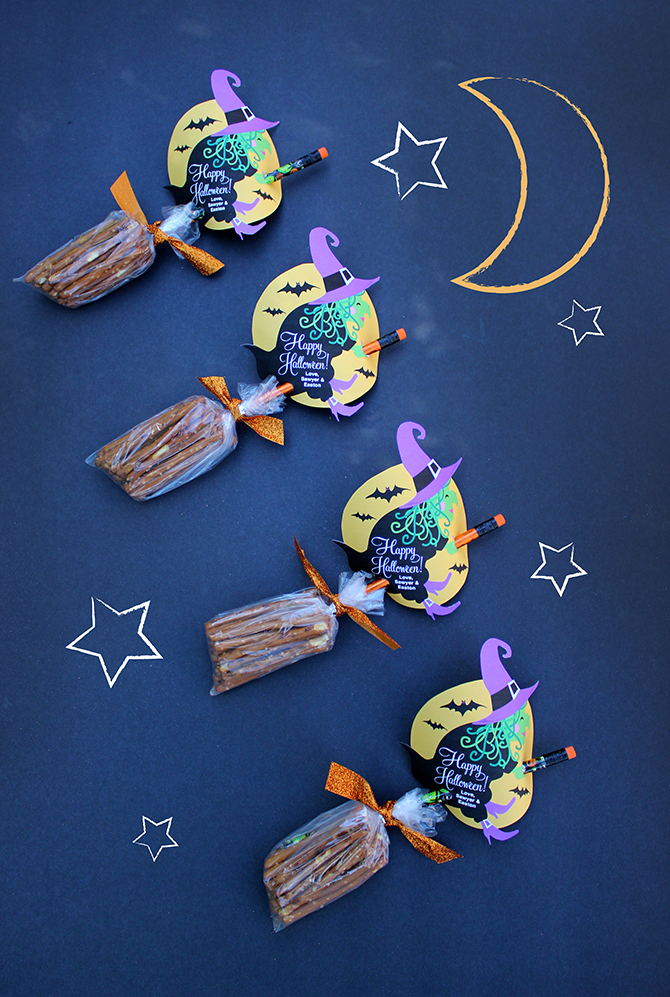 Halloween Witch Pretzel Broomsticks, Halloween gift, Halloween favor, Halloween free printable, free, free printable, Just Add Confetti, Witch free printable, creative food for kids, creative food, creative snack, Halloween snack, Halloween treat, Kids Halloween treat, pretzel broomsticks, pretzel broom sticks, Halloween gift for kids, Halloween Witch gift, Kids Halloween, Halloween for kids, Halloween, pretzel sticks, decorative pencil
